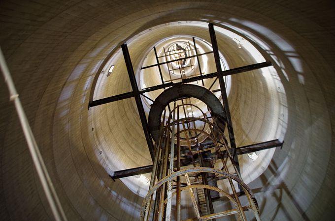 無線塔の内部から天を仰ぐ