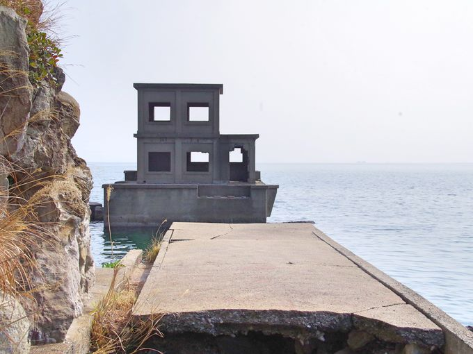 廃虚と自然が語る戦争遺構「片島魚雷発射試験場跡」