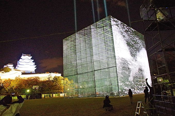 姫路城三の丸広場で無料観覧 光と音の巨大キューブ「白鷺飛翔」