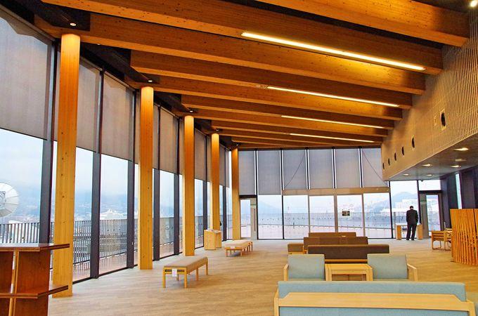 見晴らし最高の8階展望室、飲食もできる極上の休憩スペース