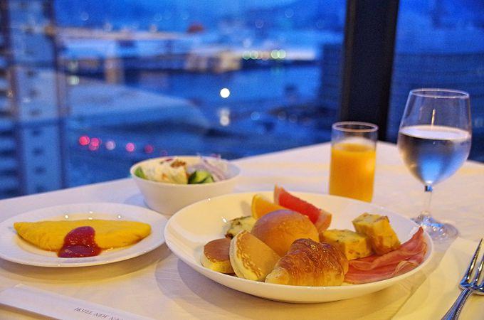 ホテル最上階でブッフェスタイルの朝食を
