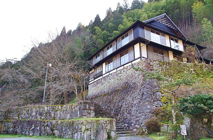 山の麓にポツンと一軒宿「郷緑館」