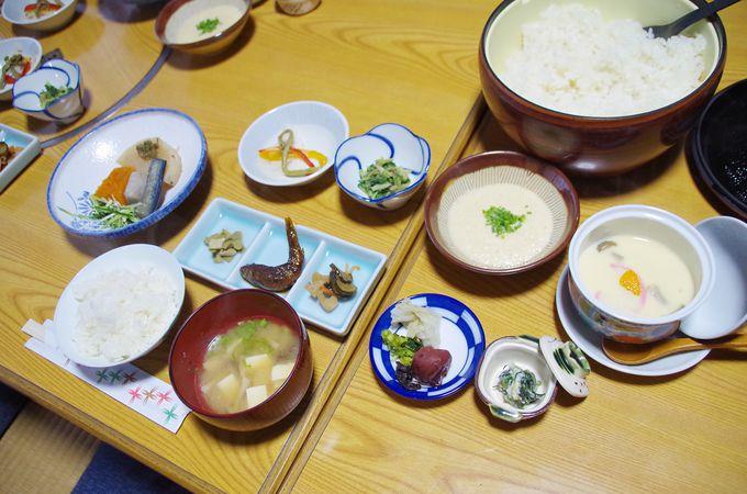 素朴な地元食材で満たされた朝食