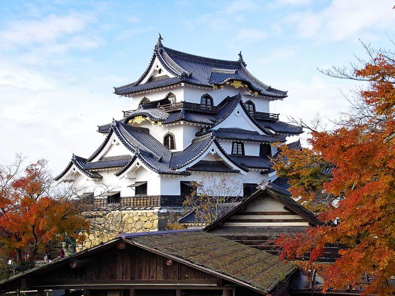 滋賀県の名所「彦根城」と「玄宮園」の美しき見どころを紹介