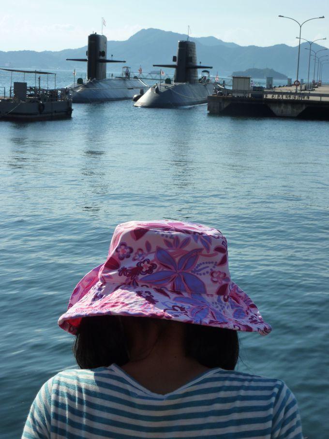 「潜水隊群司令部」の前で、静かにたたずむ潜水艦を眺める