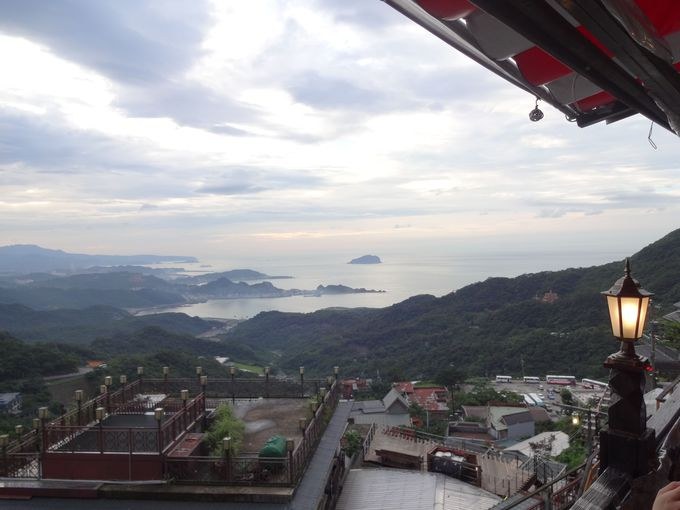テラスから見渡せる湾の景色にしばし安らぐ