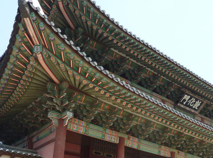 極彩色の美に目を奪われる「敦化門」