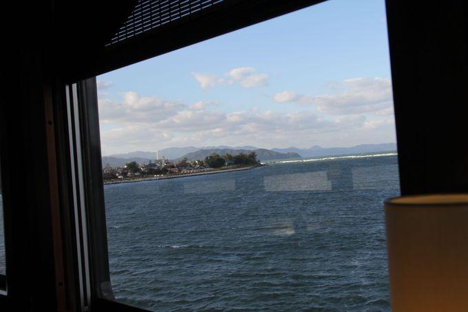 見どころの場所では一旦停車♪海の青と白い岩肌のコントラストが美しい奈具海岸!