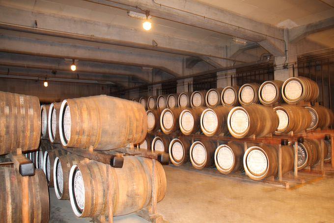 貯蔵庫に眠る無数の原酒樽たち‥‥中には創業当時のものも!?