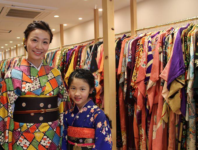 「てくてく京都」店内にズラリと並ぶカラフルな着物‥‥どれにしようか迷ってしまいます