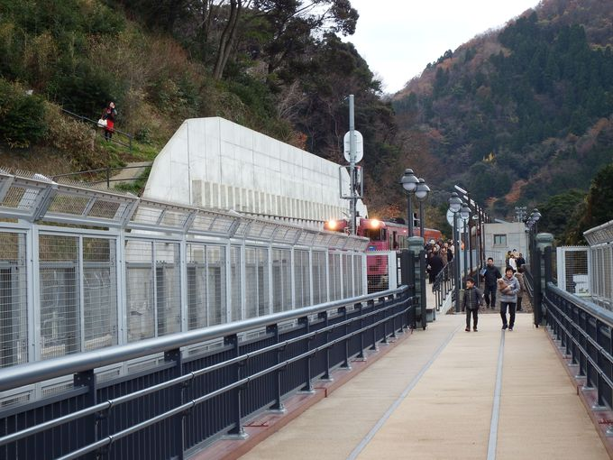 『余部鉄橋 空の駅』に平行して走る山陰本線が間近に。