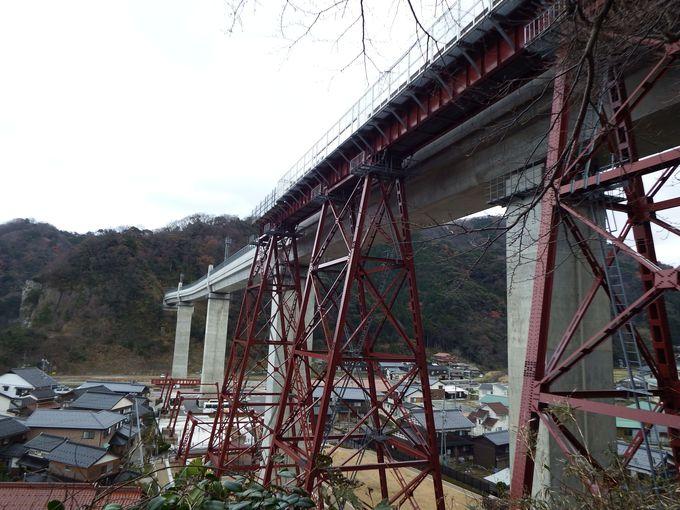 見晴らしの良い遊歩道からは、風景だけでなく間近に橋脚部分を見ることが可能。