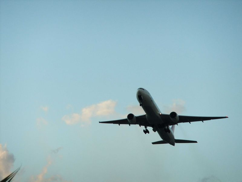 沖縄「瀬長島」で大迫力の飛行機を。みんなで空を見よう♪