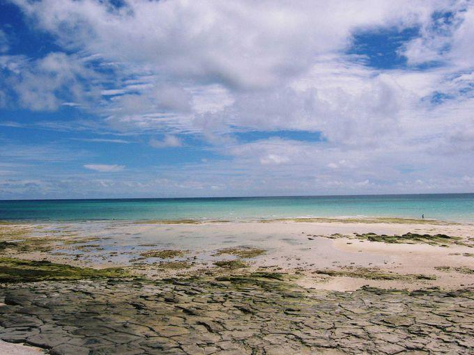 日本の地質100選に選ばれた奥武島の「畳石」