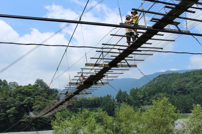 塩郷の吊り橋の下をギリギリで通過
