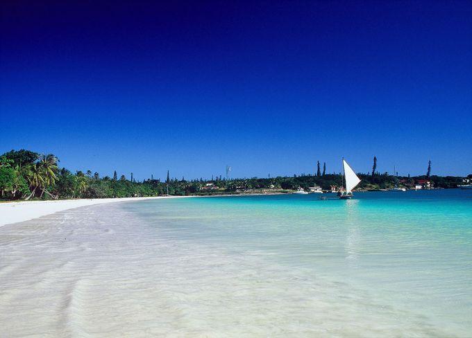 クト湾を囲む美しいクトビーチ