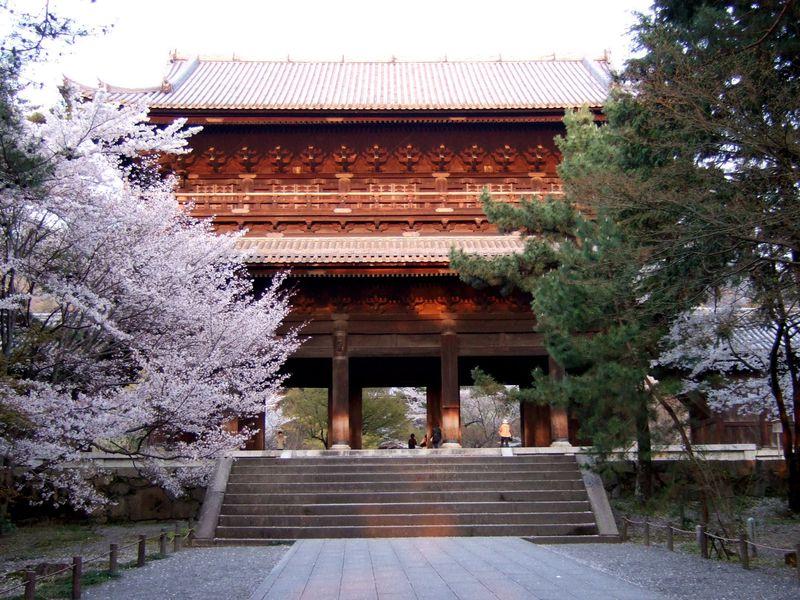 「絶景かな、絶景かな」京都南禅寺の三門からの眺めを楽しむ