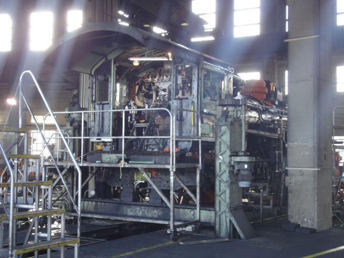 扇形車庫に並ぶ機関車達の美しさ!最古の扇形車庫では、現在でも機関車の保守整備が行われているのに驚き!