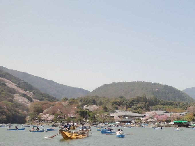 【5】人混みに疲れたら・・・ボートから渡月橋を眺め、嵐山の自然を堪能しよう!船上売店も楽しい!