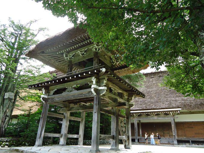 他には珍しい合掌造りのお寺・明善寺