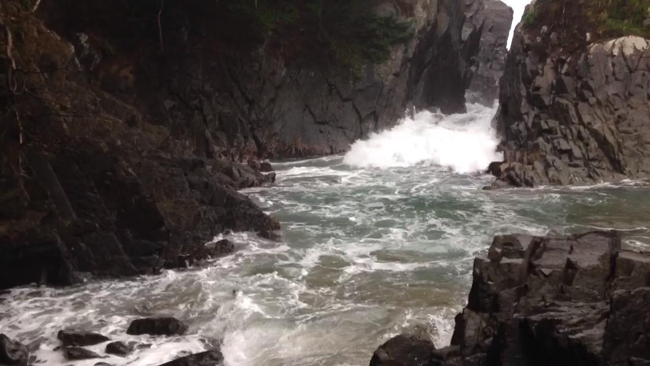 岩の間を高く盛り上がって押し寄せる波には要注意!