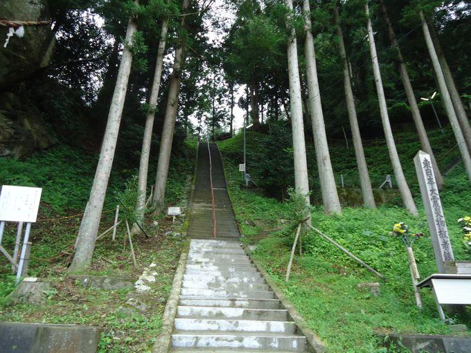 古の信仰の空気が感じられる、本殿への階段