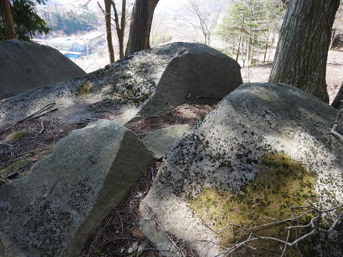 裂けたのは巨石の霊力?