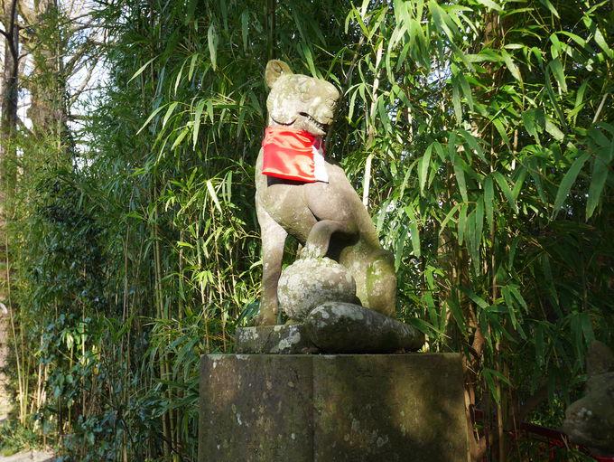 神様のお使いである狐の石像