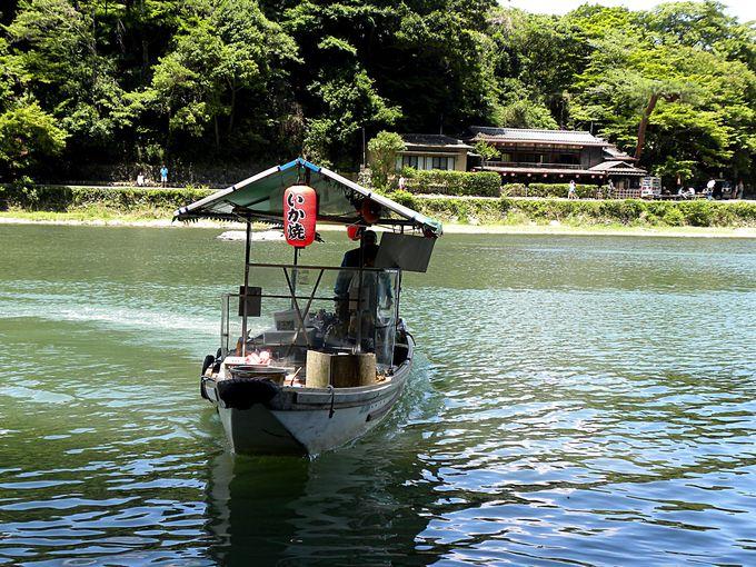 琴ヶ瀬茶屋に近づく売店船
