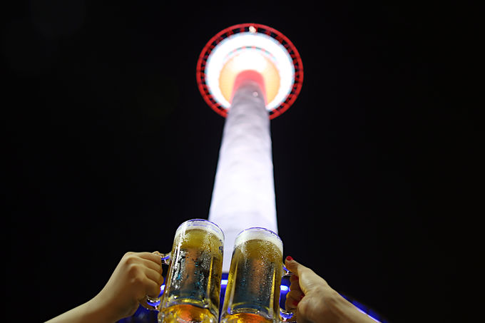 迫力のタワーの下で飲む生ビール!
