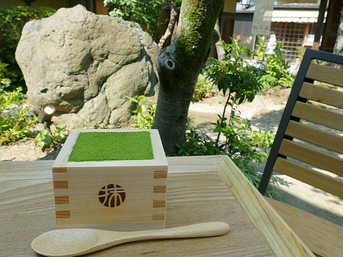 日本庭園に面したテラス席で抹茶ティラミス