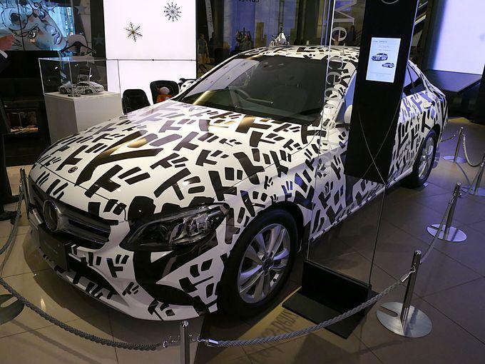 メルセデス・ベンツの車体にジョジョの擬音がデザインされたドドドカー