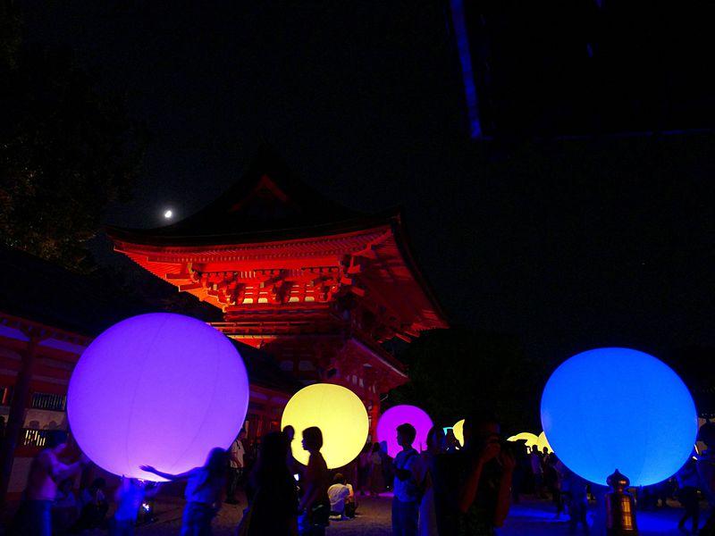 京都でチームラボの美しい光の祭!優しく光に包まれる下鴨神社