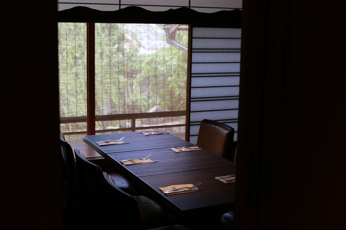 2階は本格レストラン。個室もあり