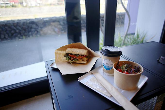 開放感バッチリのオシャレカフェ川間食堂