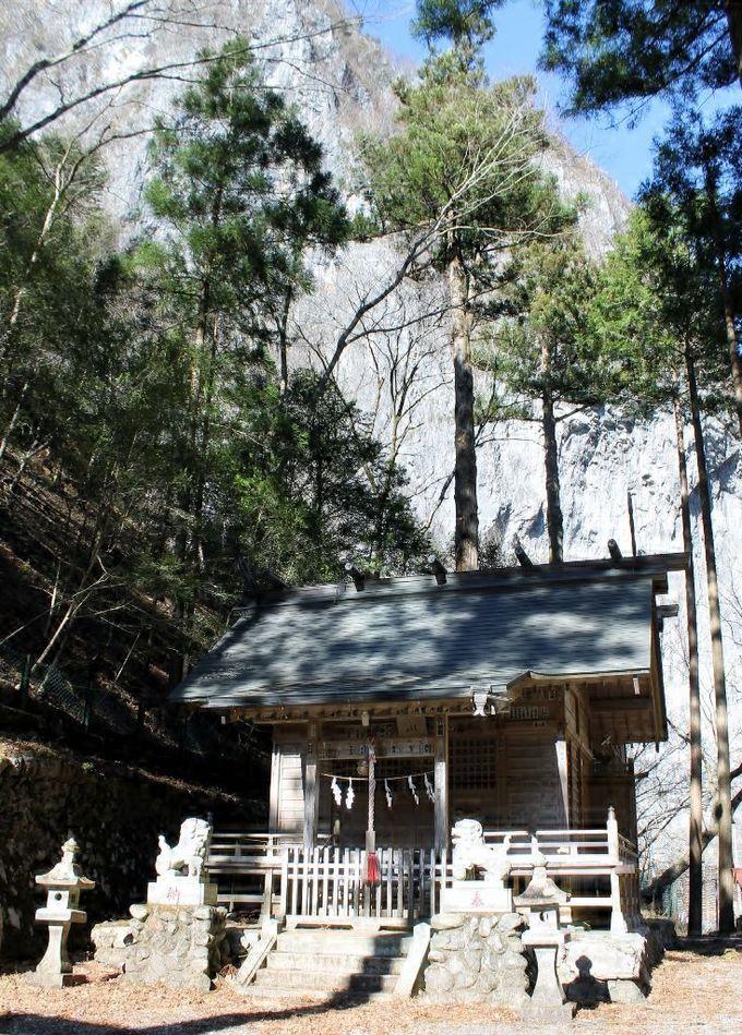 奇岩に囲まれたスケールが圧巻!一石山神社