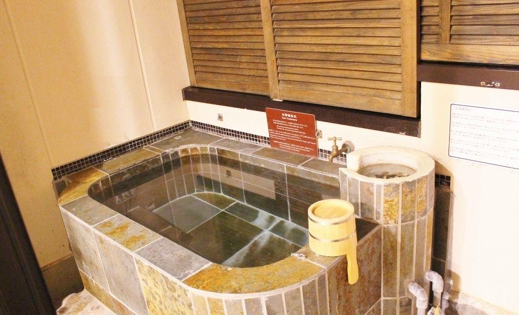 バルコニーに源泉かけ流しの露天風呂が!