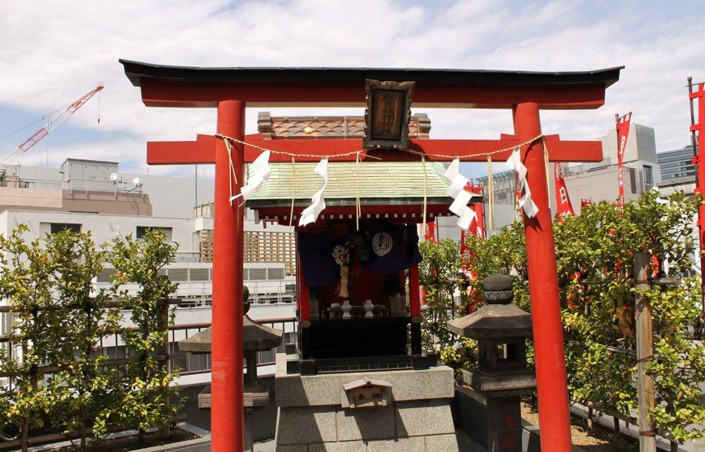 ビルの1階に拝殿、なんと屋上に本殿! 「朝日稲荷神社」