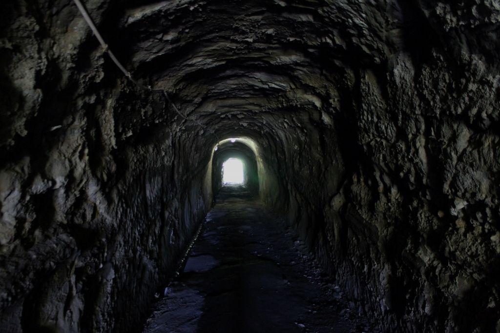 鵜原理想郷のスタートは素掘トンネルから