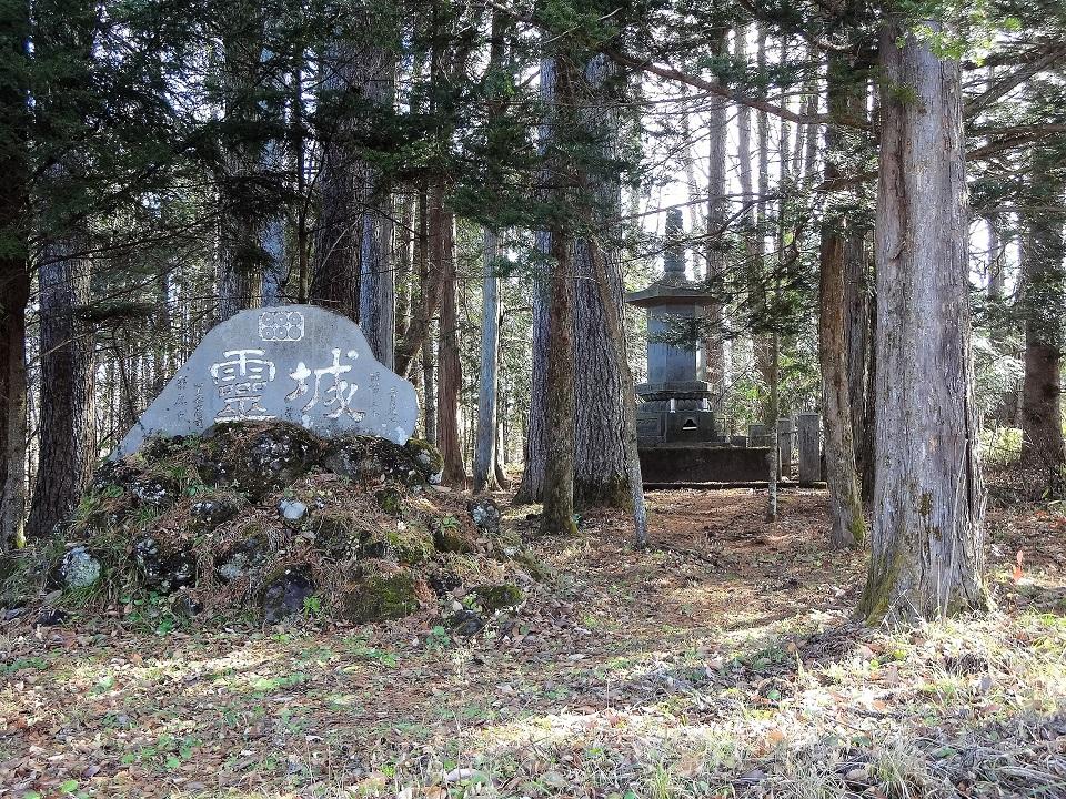 厳粛な空間に身が引き締まる思いの鎌原氏墓所