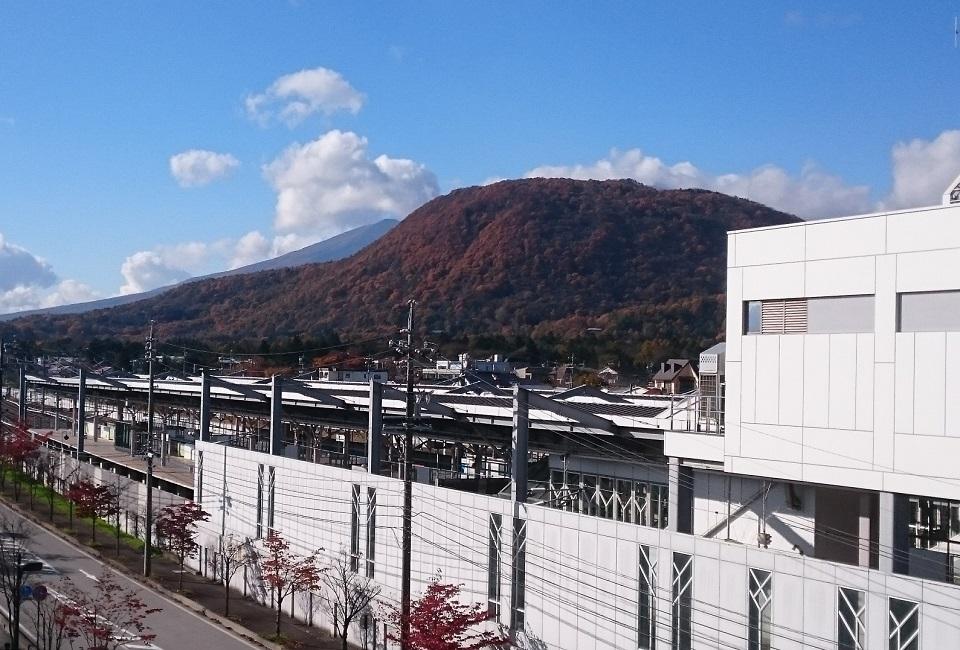 軽井沢駅の目の前にそびえる離山