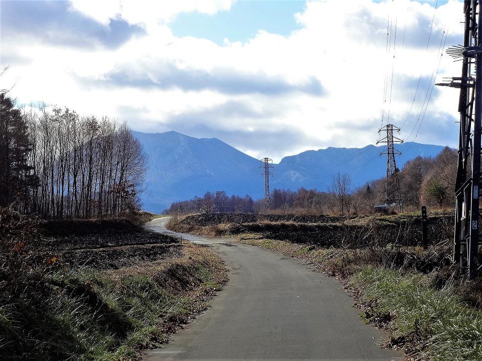 3つの百名山を見渡せる!鎌原城址近くから望む「寝観音」