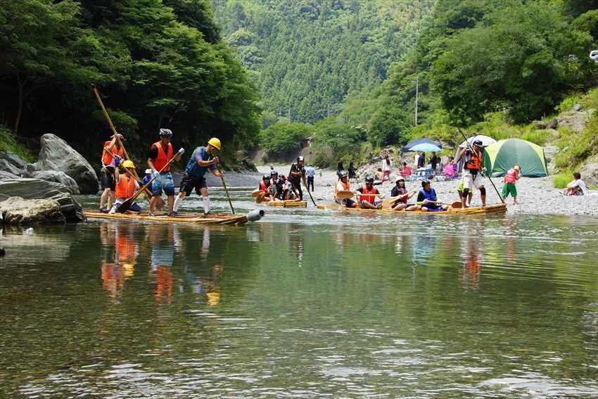8月最初の日曜日は、穴吹川で筏下り大会を楽しむ
