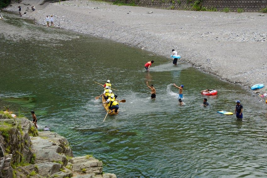 夏は水遊びの絶好のスポットになる穴吹川