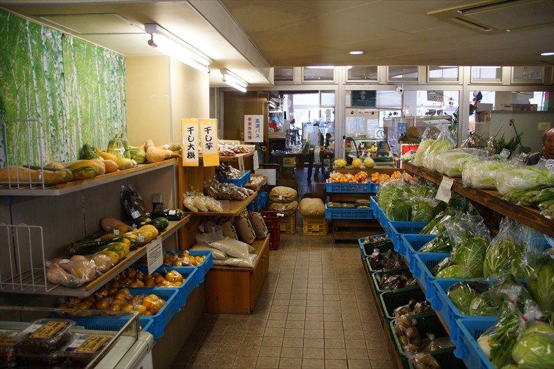 物産館で新鮮野菜や地元のお土産を購入