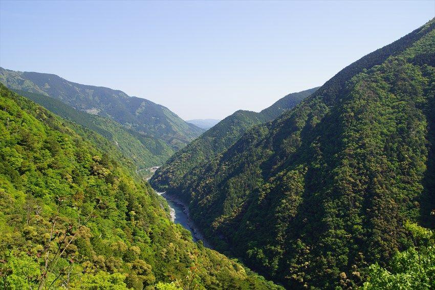 霧が消えると表れる、大歩危峡の渓谷美