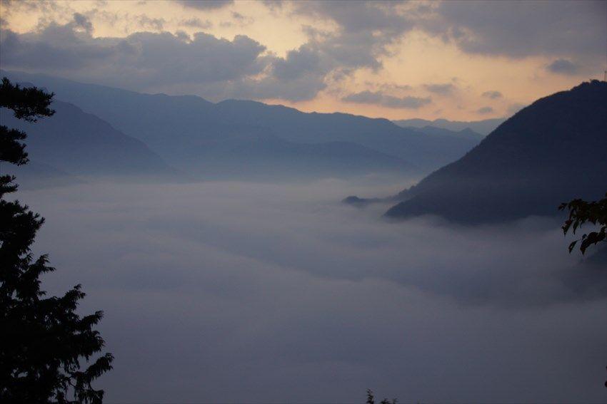 刻々と霧が動き、やがて消えていく絶景