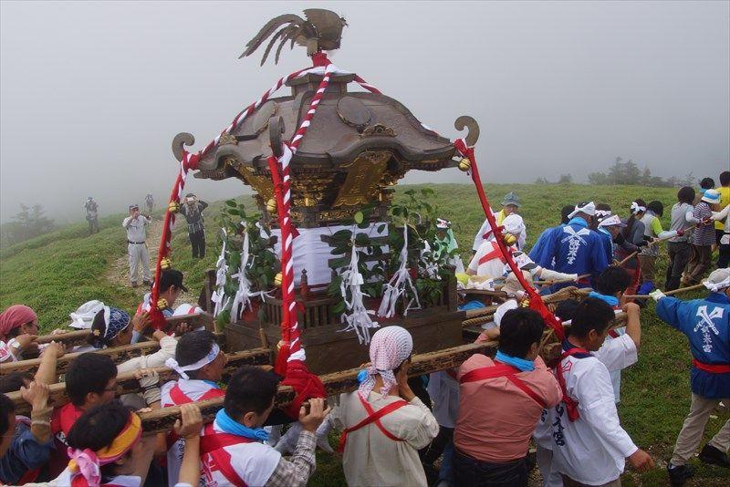 剣山夏祭りでは山頂を御輿渡御