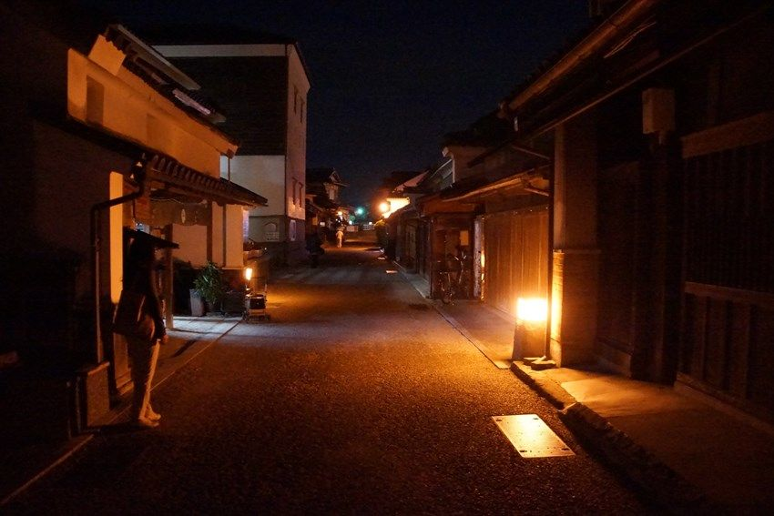 明かりの灯る夜のうだつの町並みを散策