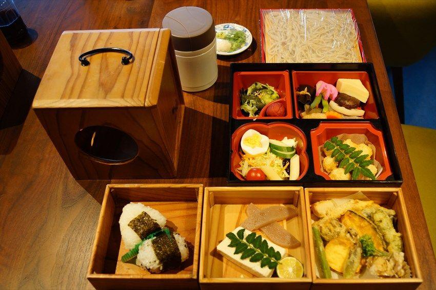 地元の食がぎっしり入った食が「遊山箱」に入って運ばれてくる